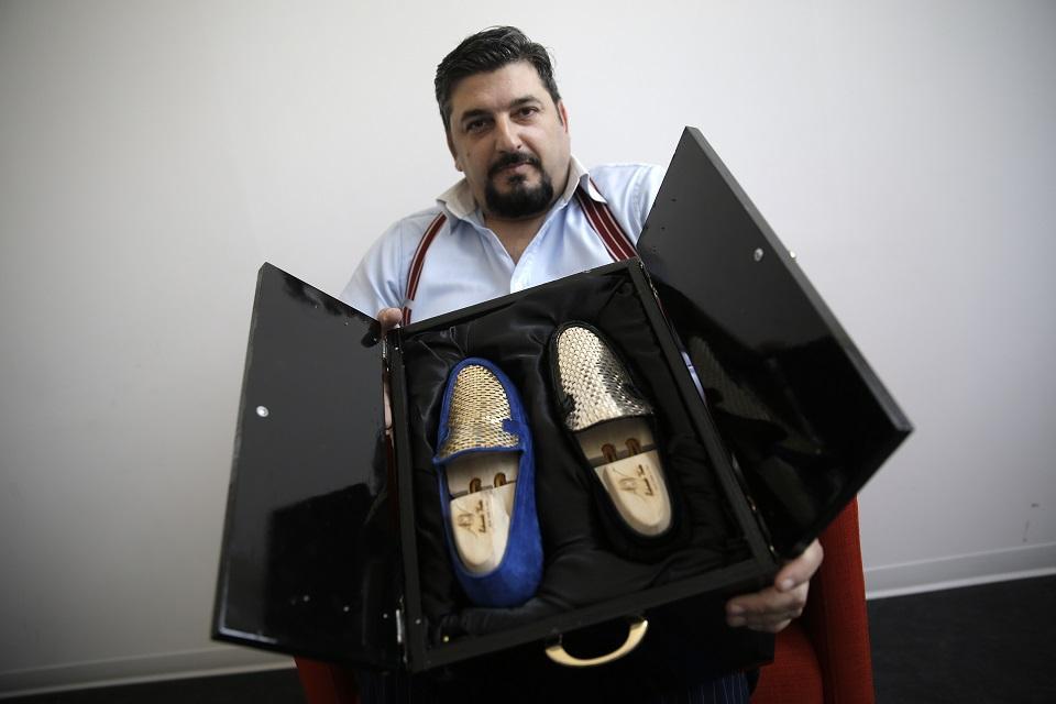 Phát hờn đôi giày thêu vàng hơn nửa tỷ chỉ ship bằng máy bay - 1