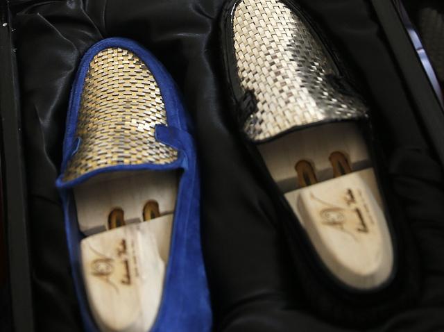 Phát hờn đôi giày thêu vàng hơn nửa tỷ chỉ ship bằng máy bay - 5