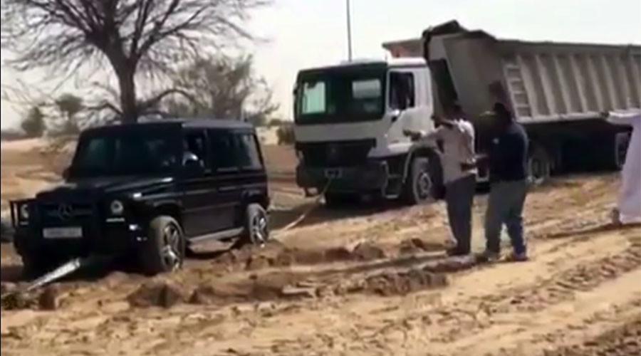 Thái tử siêu giàu Dubai dùng siêu xe cứu xe tải 12 bánh - 1