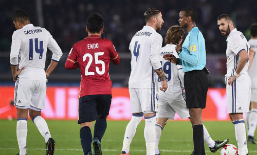 """Real lại được trọng tài """"bơm điểm"""": Barca khóc thét"""