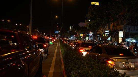 TPHCM: Kẹt xe kinh hoàng suốt 5 giờ ở đường Phạm Văn Đồng