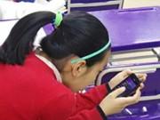 Sức khỏe đời sống - Nữ sinh TQ vẹo cổ vĩnh viễn vì xem điện thoại quá nhiều