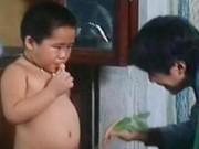 """2 tuổi đóng phim Châu Tinh Trì: Cậu bé  """" bụng trống """"  giờ ra sao?"""