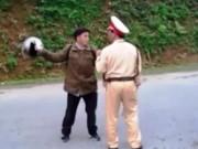 Nam thanh niên dùng mũ bảo hiểm tấn công CSGT