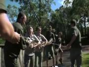 Thế giới - 5 người vật vã đo, cân trăn khổng lồ 5m ở Australia