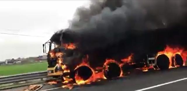 Clip: Xe tải cháy như đuốc trên cao tốc hiện đại nhất Việt Nam - 1