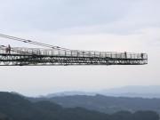 Thế giới - Ghê rợn cầu kính chênh vênh chỉ gắn một đầu vào núi ở TQ