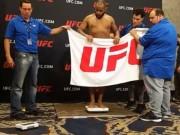Thể thao - Chấn động UFC: Võ sĩ cởi sạch quần áo, làm điều khó tin