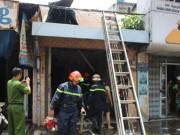Tin tức trong ngày - Hai vợ chồng bung cửa, lao ra từ căn nhà cháy ở SG