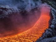 Cận cảnh núi lửa phun trào đẹp ngoạn mục ở Ý
