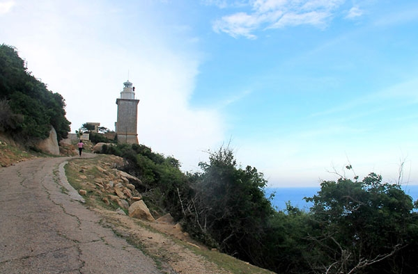 Ngắm hải đăng cổ trên cung đường ven biển đẹp nhất VN - 1