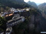 """Ngôi làng cheo leo trên vách đá, đẹp tựa chốn  """" bồng lai tiên cảnh """""""