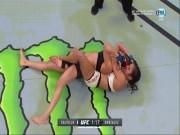 """Thể thao - Ra mắt UFC, nữ võ sĩ nâng ngực bị đàn em """"chỉnh hình"""""""