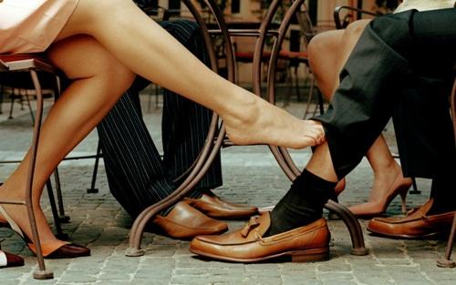 Chồng vừa đi công tác, vợ vội rước nhân tình về chung sống - 1