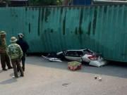 Xe container đè bẹp dúm ô tô, 2 người tử vong