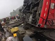 Tin tức trong ngày - Lật xe khách, 2 người chết, hàng chục người bị thương