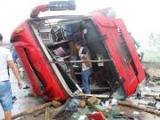 Tin tức trong ngày - Hình ảnh kinh hoàng vụ lật xe khách, khiến hàng chục người thương vong