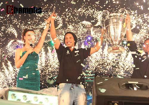 Dàn người đẹp ôm chầm siêu sao Ronaldinho ở Cần Thơ