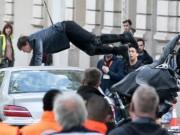 Tài tử Tom Cruise lái BMW R NineT  đấu đầu  xe hơi