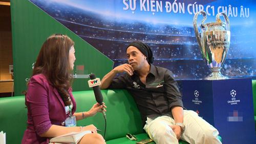 """Có vợ nóng bỏng, Ronaldinho vẫn bị """"hớp hồn"""" bởi các cô gái Việt Nam - 2"""