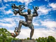 """Ngượng  """" chín mặt """"  ở công viên tượng khỏa thân lớn nhất thế giới"""
