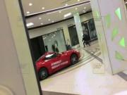 Phi thường - kỳ quặc - Video: Siêu xe từ đâu lao vào siêu thị quậy tưng bừng
