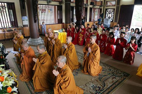 Độc đáo lễ cưới nơi cửa phật của 14 cặp đôi Hà Thành