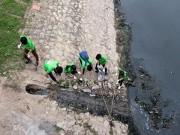 """Tin tức trong ngày - """"Ông Tây móc cống"""" cùng hàng trăm bạn trẻ lội sông Tô Lịch dọn rác"""