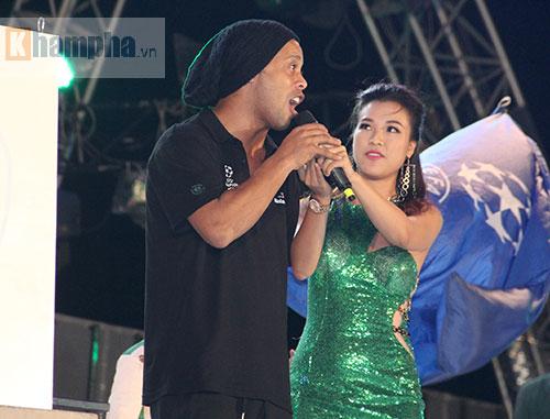 Ronaldinho không rời mắt trước Thủy Tiên – vợ Công Vinh