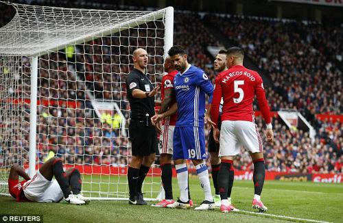 """Triệu fan Chelsea đòi """"bỏ tù"""" Herrera, trọng tài hứng gạch đá - 3"""
