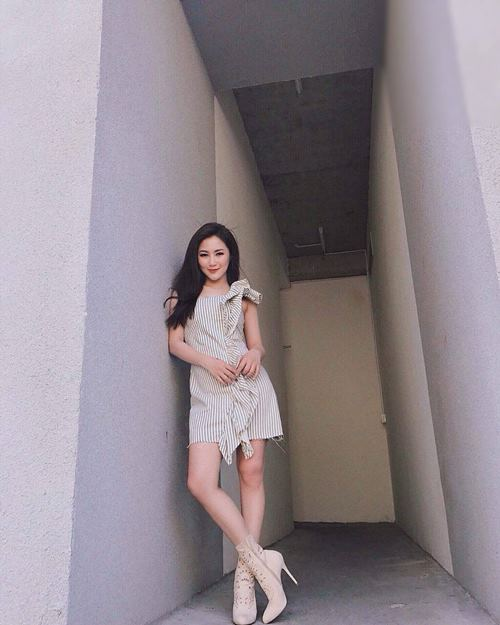 Diệp Lâm Anh, Hương Tràm trễ nải mặc hai dây dạo phố - 4