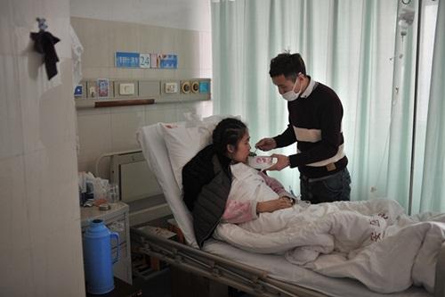 Xúc động quỳ gối cầu hôn bạn gái mắc bệnh hiểm nghèo - 2