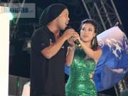 Bóng đá - Ronaldinho không rời mắt trước Thủy Tiên – vợ Công Vinh