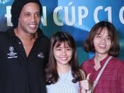 """Bóng đá - """"Hot girl"""" Đà Nẵng chén bánh mì chờ Ronaldinho tặng quà"""