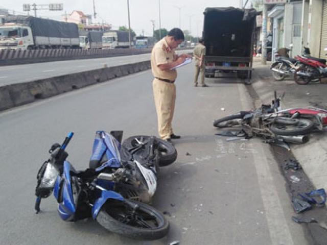 Clip: 2 xe máy đối đầu kinh hoàng, 5 người văng tứ tung khắp đường - 4