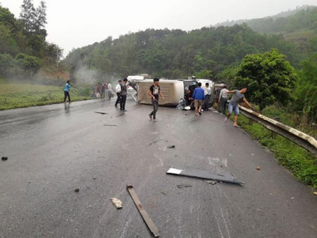 Xe khách chở 15 người lật ngang đường, 6 người bị thương