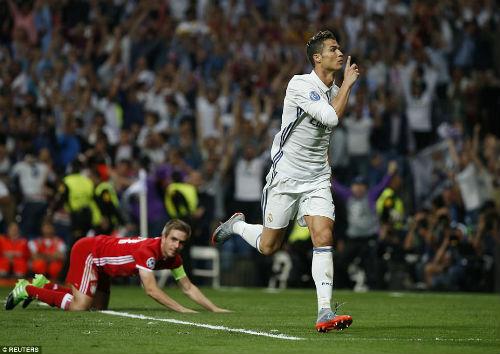 """Vua Ronaldo 100 bàn bắt nạt đội """"nhỏ"""": Vì Real vĩ đại nhất"""
