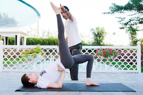 """Kệ tin đồn """"dao kéo"""", Hà Hồ vẫn khoe trình yoga cực """"nghệ"""" - 4"""
