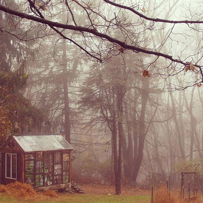 Ngôi nhà luôn nổi bật, dù là nhìn từ xa hay tới gần, dù là trong sương mù, tuyết trắng hay những trong ngày hè nắng vàng rực rỡ..