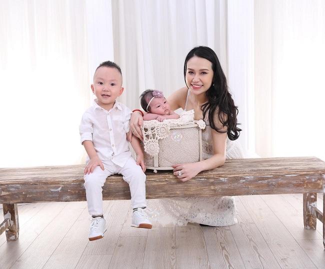 1. Thu Hương: Sau khi sinh con gái (bé Son), vợ Tuấn Hưng - Hương Baby & nbsp;nhanh chóng lấy lại được dáng vóc thon gọn, xinh đẹp. Gần đây nhất, cô nàng khoe ảnh chụp hạnh phúc cùng 2 con ở nhà.  & nbsp;
