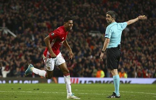 """MU cách vé dự C1 3 trận: Nhờ """"giấy thần"""" của Mourinho?"""