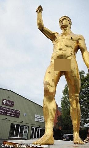 """Tượng khỏa thân vàng 6m khiến người xem phát ngượng vì """"của quý"""" - 2"""
