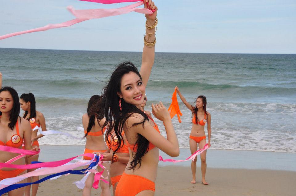 Những cô vợ nõn nà, trẻ hơn chồng 25-30 tuổi của showbiz Việt - ảnh 7