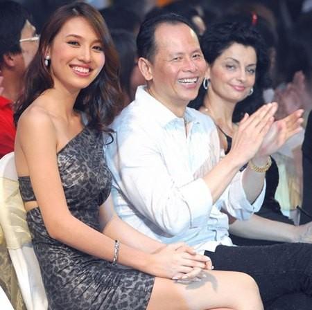 Những cô vợ nõn nà, trẻ hơn chồng 25-30 tuổi của showbiz Việt - ảnh 13
