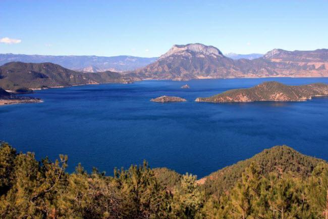 Người Mosuo sống quanh bờ hồ Lugu trên dãy núi cao chạy dọc danh giới giữa tỉnh Vân Nam và Tứ Xuyên, tây nam Trung Quốc. Những người dân tại đây theo chế độ mẫu hệ, tức & nbsp;người đàn ông không được coi trọng, còn phụ nữ mới là người chủ gia đình.