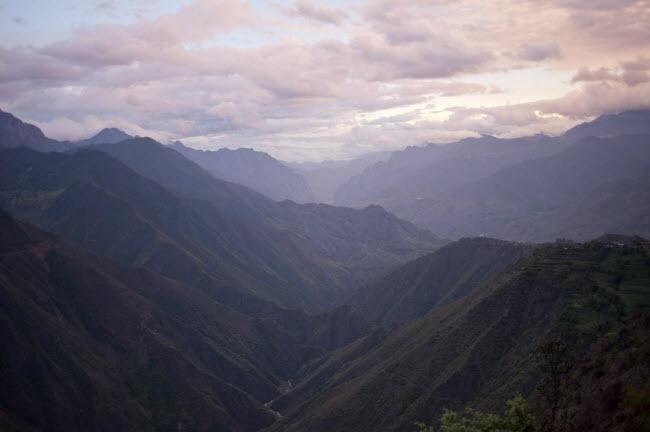Phong cảnh sông núi hùng vĩ trên tuyến tường nối thành phố Lệ Giang thuộc tỉnh Vân Nam tới hồ Lugu. Nơi đây đã trở thành địa điểm du lịch hấp dẫn nhờ phong cảnh đẹp và tập tục độc & nbsp;đáo của người dân địa phương.