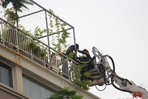 Xe thang giải cứu 11 người gào khóc trong đám cháy ở SG - ảnh 6