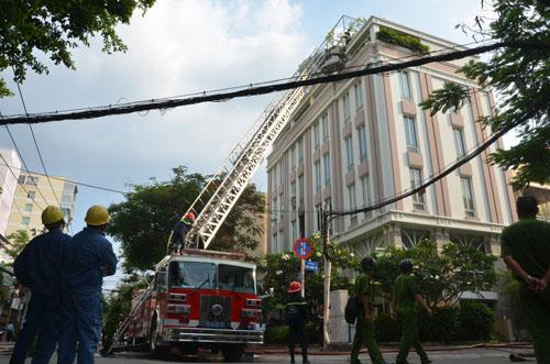 Xe thang giải cứu 11 người gào khóc trong đám cháy ở SG - ảnh 5