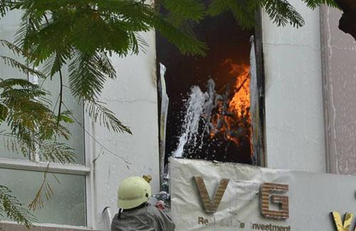 Xe thang giải cứu 11 người gào khóc trong đám cháy ở SG - ảnh 3