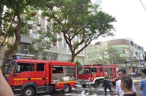 Xe thang giải cứu 11 người gào khóc trong đám cháy ở SG - ảnh 4
